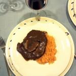 Brasato di manzo al vino rosso farcito di verdure e patate al passato di pomodoro.
